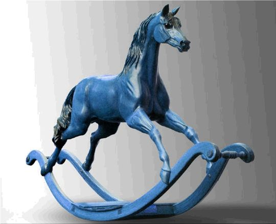 Фото синей деревянной лошади